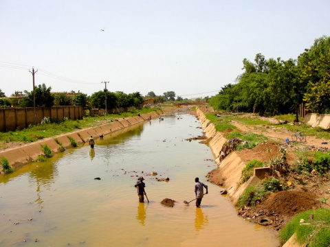 Image: Jess Attaway, Men digging in a canal in Ouagadougou, Burkina Faso, Wikimedia Commons, Creative Commons Attribution 2.0 Generic